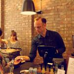 Người đàn ông đứng sau quán cà phê nổi tiếng Kaffeine-Dore-Smith