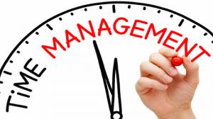 Quản lý thời gian trong công việc là kỹ năng một nhân viên nhà hàng nên có.